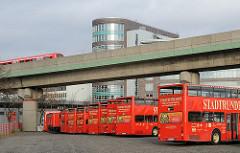 Fahrzeuge der Hamburger Stadtrundfahrt in der Amsinckstrasse.