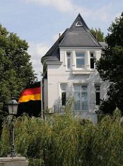 Einzelvilla am Alsterkanal - Deutschlandfahne im Vorgarten.