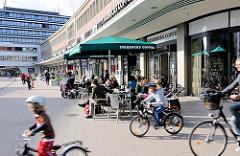 Aussengastronomie / Strassencafé auf dem Marie-Jonas-Platz in Hamburg Eppendorf.