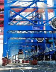Arbeit im Hafen Hamburgs - löschen eines Containerschiffs am Terminal Burchardkai.