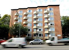 Architektur der 1960er Jahre - mehrstöckiges Wohnhaus / Hochhaus Nordschleswiger Strasse, Haupterverkehrsstrasse in Hamburg Dulsberg.