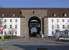 Eingang Klinikum Nord Heidberg. Ehemalige Kaserne der Waffen-SS.