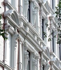 Hausfassade eines Gründerzeithauses - Wohnungen in St. Pauli - Figurenschmuck am Fenstersims.
