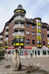 Brunnen in Hamburg Niendorf Nord - Wohngebäude und Geschäfte.