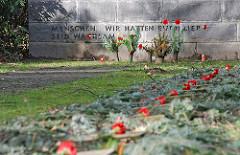 """Ehrenhain der Widerstandskaempfer. Inschrift """"Menschen wir hatten euch lieb - seid wachsam"""""""
