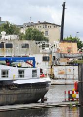 Bilder aus Hamburg Harburg - Harburger Binnenhafen - Heck eines Binnenschiffs + Harburger Schloss auf der Schlossinsel.