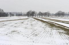 Winterlandschaft - Felder im Spadenland - Schnee und grauer Himmel.