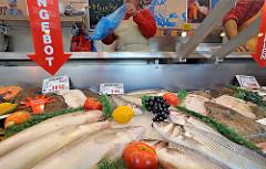 Stadtteil Hamburg Fuhlsbüttel - Wochenmarkt am Ratsmuehlendamm - Fischstand mit frischem Fisch.