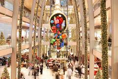 Weihnachtsdekoration in der Einkaufspassage Europapassage.