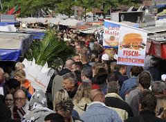 Gedränge auf dem Hamburger / Altoner Fischmarkt, Fischbrötchen + Zarter Matjes werden angeboten.