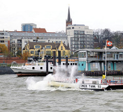 Tankschiff Dettmer Tank 52 auf der Elbe vor Hamburg St. Pauli  - die Gischt spritzt hoch am Bug des kleinen Tankers.