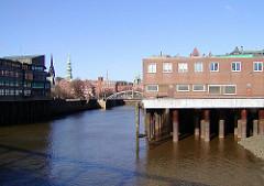 Magedeburger Hafen - Bürogebäude auf Eisenstelzen über dem Wasser. (2003)