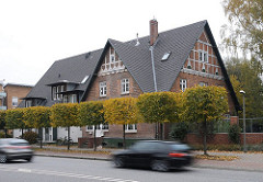 Altes Bauernhaus Hamburg Eidelstedt, Kieler STrasse, Autos.