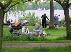 Hamburg im Sommer - Hamburger und Hamburgerinnen in den Grünanlagen an der Aussenalster - Erholung am Wasser - Bilder aus HH-Uhlenhorst.