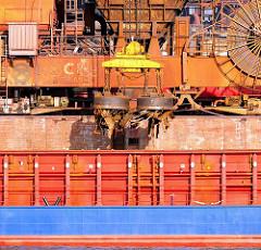 Die Ladung eines Frachters wird im Dradenauhafen gelöscht - mit grossen Magneten wird das Altmetall aus dem Laderaum des Frachtschiffs in Hamburg Waltershof geholt.