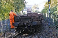 Güterzug an der Billebruecke - Güterwaggon mit Bahnarbeiter.