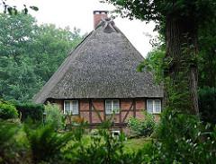 Fachwerk Bauernhaus im Grünen - Reetdach; historische Architektur in Hamburg Marmstorf.
