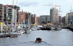 Architektur in der Hamburger Hafencity - Bootsausstellung der Hanseboot im Hamburger Traditionsschiffhafen.