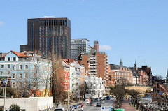 Blick über die St. Pauli Hafenstrasse - Wohnhäuser und Bürotürme in Hamburg.