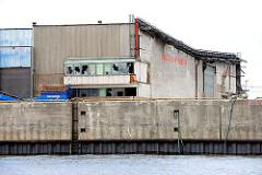 Abrissgebäude am Kirchenpauerkai an der Norderelbe - die Scheiben eines Industrie-Gebäudes in der Hamburger Hafencity sind eingeworfen.