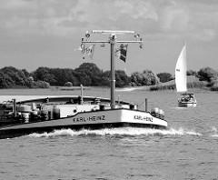 Binnenschiff Karl-Heinz in Fahrt auf der Elbe vorm Zollenspieker - Segelschiff unter Segel.   Schwarz-Weiss Aufnahme / Fotografie.