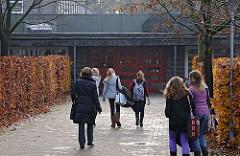 Schulen in Hamburg - Eingang zum Waldörfer Gymnasium Hamburg Volksdorf.