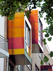 Moderner Neubau an der Jarrestrasse in Hamburg Winterhude - farbige Fenstervorsätze an einer Hausfassade.