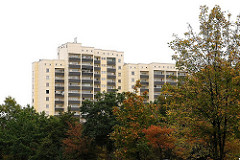 Hochhäuser in Hamburg - Grosssiedlung Osdorfer Born, Herbstbäume.