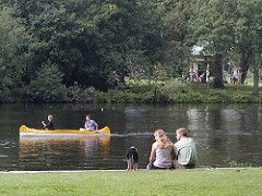 Paar mit Hund am Alsterufer - Kanu auf der kanalisierten Alster - Haynspark mit Pavillon.
