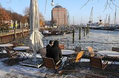 Winter in Hamburg - Museumshafen in Oevelgoenne - Glühwein trinken an der vereisten Elbe.