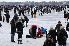 Die Hansestadt Hamburg im Winter - wenn das Eis der Aussenalster ca. 20cm dick ist wird es zum Betreten freigegeben.