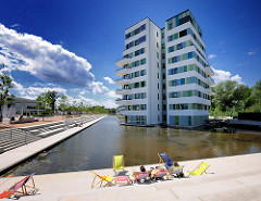 Waterhouses am Inselpark in Hamburg Wilhelmsburg - 4000 m² grosses Wasserbecken; Terrassen mit Liegestühlen am Wasser.