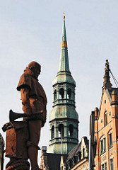 Kirchturm St. Katharinenkirche - historische Hausfassaden am Zippelhaus in der Hamburger Altstadt. Skulptur Vasco da Gama auf der Kornhausbrücke über den Zollkanal.