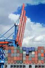 Heck eines Containerschiffs beladen mit Containern - hochgefahrene Containerbrücken des Terminals Altenwerder.