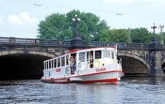 Das Alsterschiff Sielbek hat die Lombardsbrücke durchfahren und auf den Weg zum Anleger Jungfernstieg.