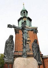 Kreuzigungsgruppe vor der St. Georg Kirche, Kirchturm mit Kupferkuppel.