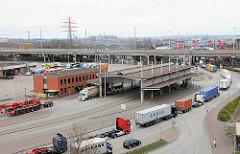 Zollabfertigung an der Zollstelle / Zollübergang Zollstation Waltershof - LKW bei der Einfahrt in den Hamburger Freihafen.