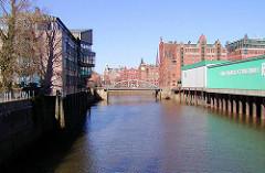 Blick in den Magedeburger Hafen zur Magdeburger Brücke - rechts der Kaispeicher B, davor ein Gefrierhaus / Kühlhaus das auf Eisenpfählen im Hafenwasser steht. (2003)