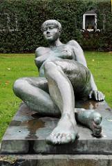 Bronzefigur liegende Frau - Kunst im öffentlichen Raum - Hamburg Osdorf - Grünanlage Osdorfer Born - Künstler Bildhauer E. Augustin