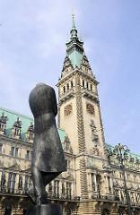 Denkmal Heinrich Heines auf dem Rathausplatz von Hamburg - Rathausturm mit Uhr und Kupferdach.