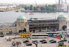Blick zu den St. Pauli Landungsbrücken - der Mittelteil wurde im Krieg zerstört und im Stil der 1970er Jahre Architektur neu errichtet.