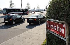 Stadtteilschild Nienstedten, Bezirk Altona - rotes Schild mit weisser Schrift.
