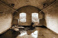 Verkommene Räume unter dem alten Eisenbahnviadukt in der Versmannstrasse; durch die Fenster ist der Zollzaun / Zollgrenze zu erkennen.