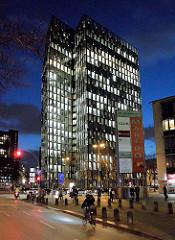 Hamburg St. Pauli / Reeperbahn; Hochhaus Tanzende Türme  bei Nacht, Blaue Stunde mit beleuchteten Fenstern.