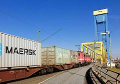 Güterzug mit Container fährt auf die Kattwybrücke, die über die Süderelbe / Kattwyk führt; in dieser Zeit ist die Hubbrücke für den Autoverkehr gesperrt.