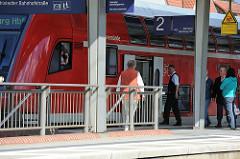 Rahlstedter Bahnhof - ein Zug  der Regionalbahn ist am Bahnsteig 2 eingefahren.