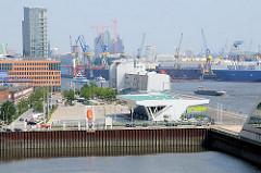 Blick über den alten Fischereihafen Altonas zum Kreuzfahrtterminal Altona - im Hintergrund die Werft von Blohm + Voss auf Steinwerder.