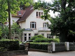 Villa in Hamburgs Vorort Rahlstedt mit hohen Bäumen.