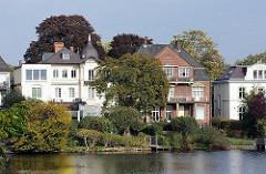 Villen am Ufer des Feenteichs an der Aussenalster im Hamburger Stadtteil Uhlenhorst.