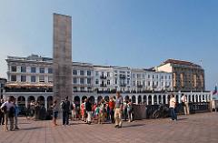 Blick vom Rathausmarkt (Hamburg Altstadt) zu den historischen Alsterarkaden, die 1846 fertig gestellt wurden. Der Architekt war der Baumeister Alexis de Chateauneuf.
